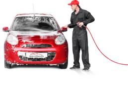 En bilvårdare tvättar en bil utvändigt i Stockholm